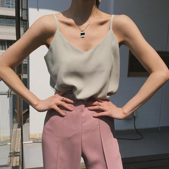 Nóng thế này cứ triển áo 2 dây là thích nhất, và đây là 4 mẫu xinh hết chỗ chê mà bạn cần sắm ngay - ảnh 2