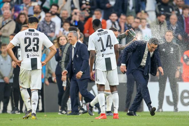 Ronaldo trở thành tâm điểm của màn ăn mừng vô địch có một không hai - ảnh 10
