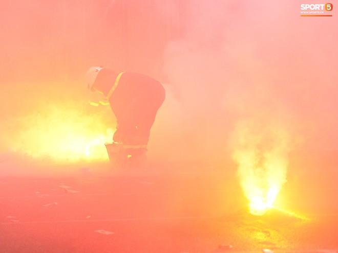 Những người thầm lặng dập pháo sáng trên sân Hàng Đẫy - Ảnh 5.