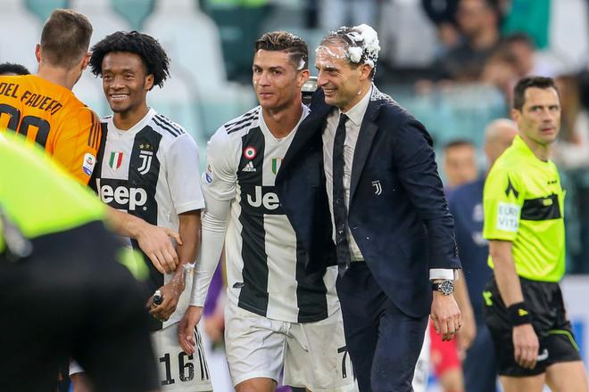Ronaldo trở thành tâm điểm của màn ăn mừng vô địch có một không hai - ảnh 9