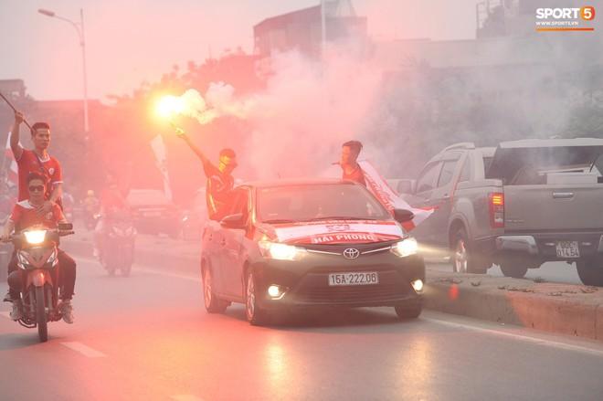 CĐV Hải Phòng náo loạn, đốt pháo sáng ngay trước nhà thờ lớn Hà Nội - ảnh 3