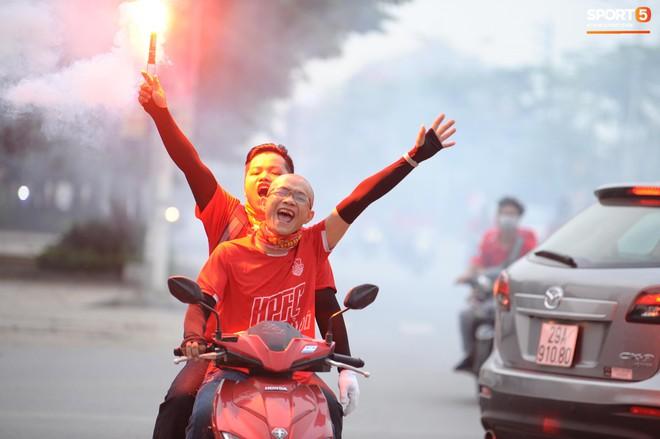 CĐV Hải Phòng náo loạn, đốt pháo sáng ngay trước nhà thờ lớn Hà Nội - ảnh 2