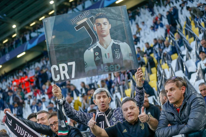 Ronaldo trở thành tâm điểm của màn ăn mừng vô địch có một không hai - ảnh 1