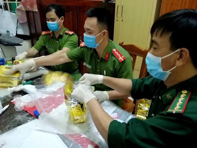 Bao tải chứa ma túy để giữa cánh đồng muối: Truy nã quốc tế 3 đối tượng quốc tịch Đài Loan - Ảnh 1.