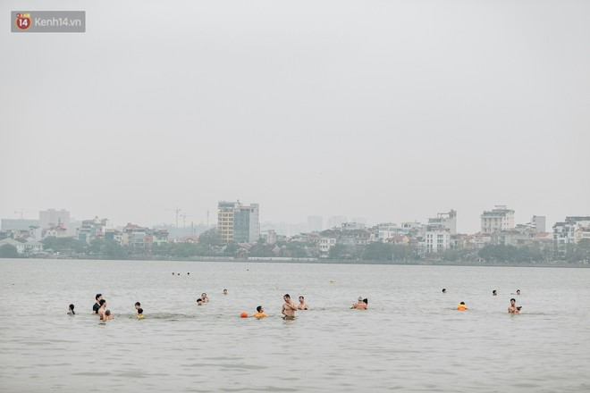 Hà Nội oi nóng ngộp thở, nhiều người mang theo cả thú cưng ra Hồ Tây tắm bất chấp biển cấm - Ảnh 1.