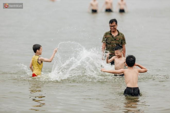 Hà Nội oi nóng ngộp thở, nhiều người mang theo cả thú cưng ra Hồ Tây tắm bất chấp biển cấm - Ảnh 7.