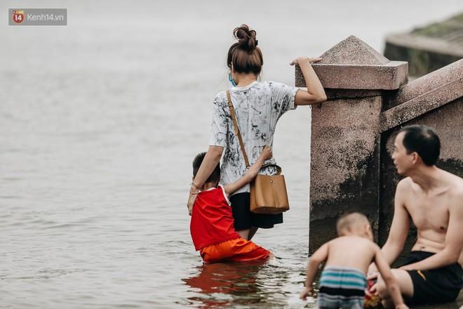 Hà Nội oi nóng ngộp thở, nhiều người mang theo cả thú cưng ra Hồ Tây tắm bất chấp biển cấm - Ảnh 8.
