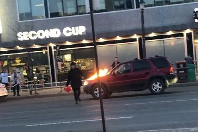 Thanh niên cầm can xăng đốt hàng chục ôtô trên phố - ảnh 1