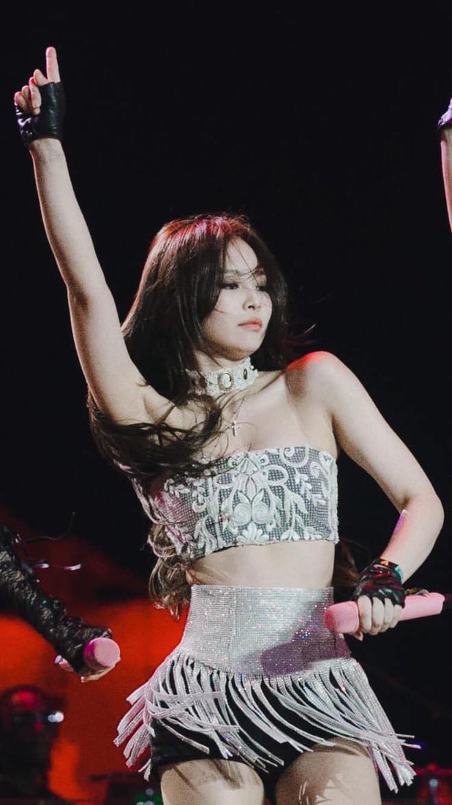 Chưa bao giờ như bây giờ, chúng ta được thấy Jennie mặc hở bạo đến thế trên sân khấu - Ảnh 3.