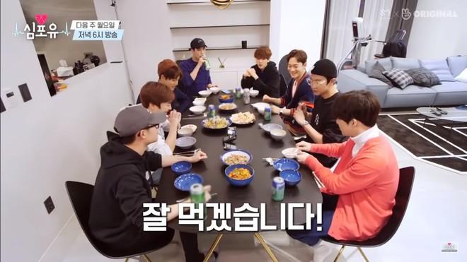 EXO rủ nhau ăn tân gia nhà Xiumin, choáng nhất là món quà của Baekhyun & Chanyeol! - ảnh 1