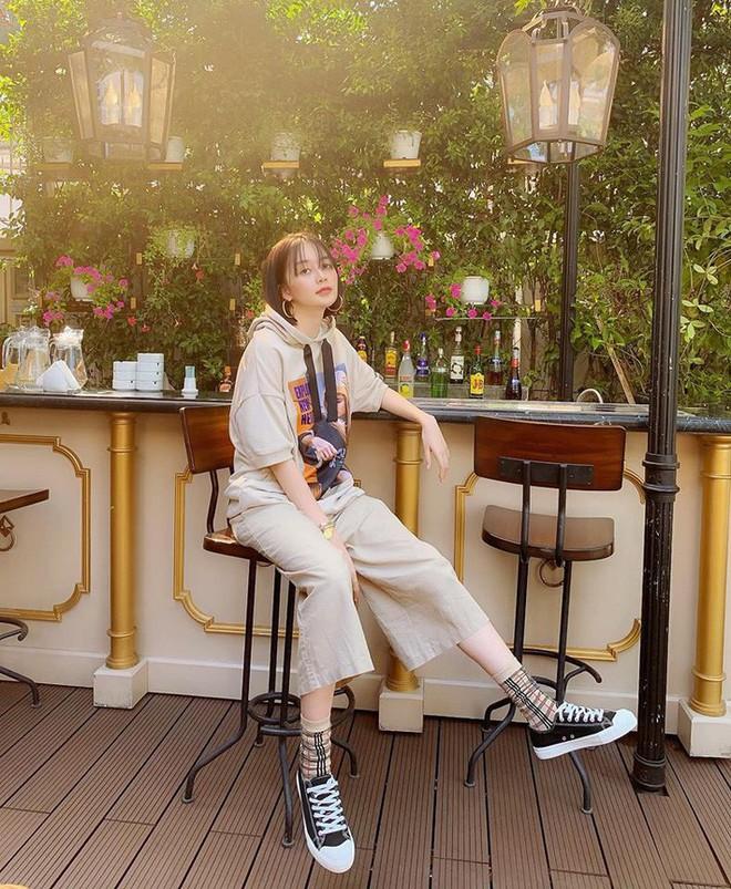 Kỳ Duyên tình ấm mặn nồng bên Minh Triệu, Hà Tăng diện váy sát nách đương đầu với nắng nóng trong street style tuần này - ảnh 15
