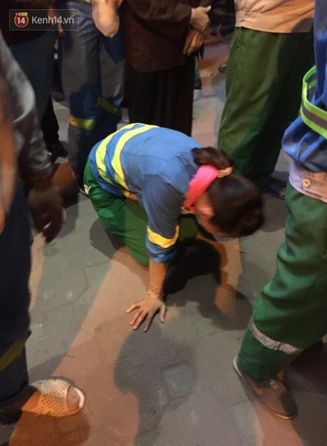 Hình ảnh đau xót: Con trai nữ công nhân môi trường gào khóc bên thi thể mẹ vụ ô tô điên tông liên hoàn ở Hà Nội - ảnh 4