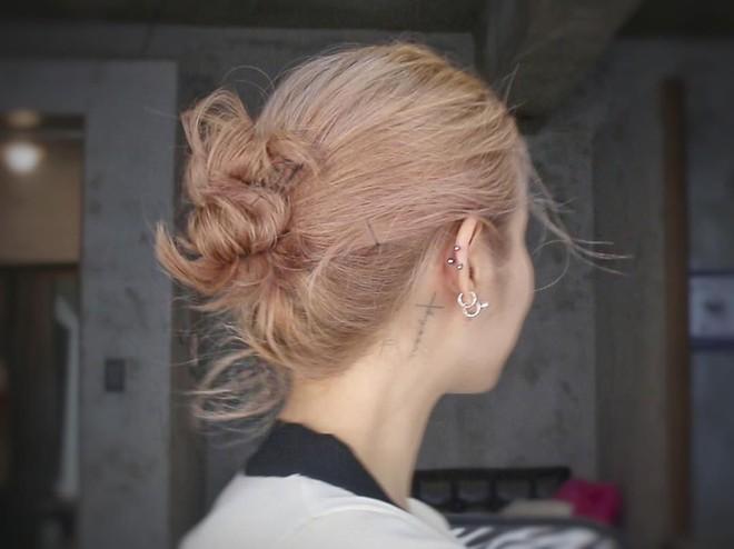 Để có tóc búi củ tỏi vừa mát mẻ lại xinh xẻo như con gái Hàn thì bạn sẽ cần đến thủ thuật nhỏ này - Ảnh 6.