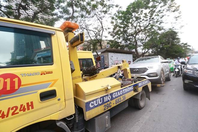 Hà Nội: Tài xế dừng đèn đỏ rồi ngủ quên trong ô tô nửa tiếng, CSGT phải đến cẩu cả xe cả người đi - Ảnh 1.