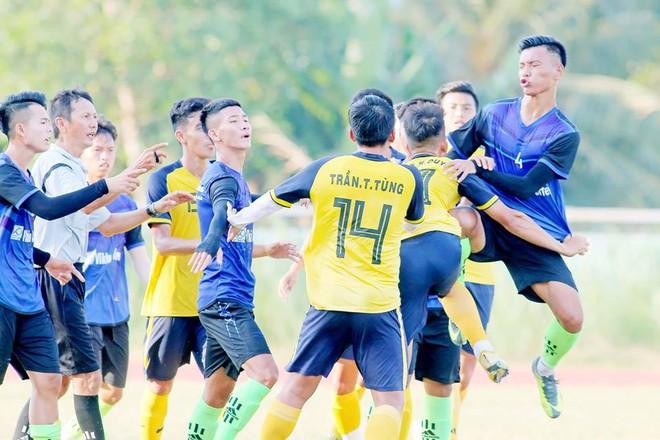 Cầu thủ Bến Tre tung kung fu thẳng đầu cầu thủ Bến Tre - ảnh 2