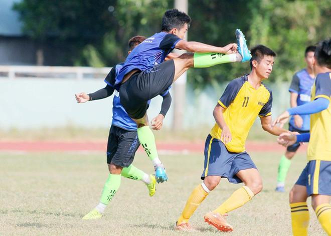 Cầu thủ Bến Tre tung kung fu thẳng đầu cầu thủ Bến Tre - ảnh 1