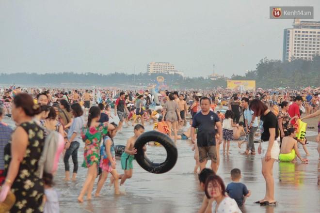 """Chùm ảnh: Biển Cửa Lò """"gồng mình"""" đón hàng vạn du khách đến tắm biển dịp nghỉ lễ - ảnh 1"""