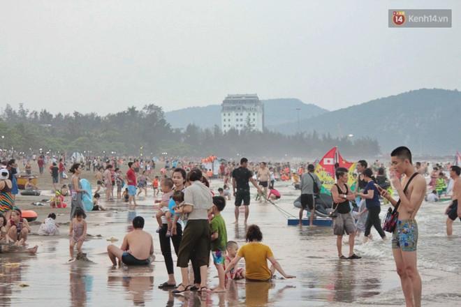 """Chùm ảnh: Biển Cửa Lò """"gồng mình"""" đón hàng vạn du khách đến tắm biển dịp nghỉ lễ - ảnh 2"""