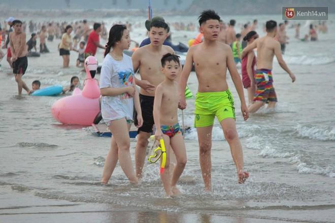 """Chùm ảnh: Biển Cửa Lò """"gồng mình"""" đón hàng vạn du khách đến tắm biển dịp nghỉ lễ - ảnh 4"""