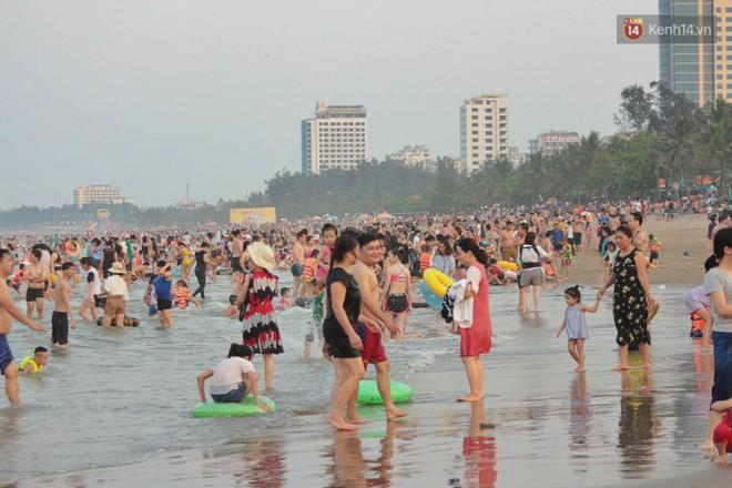 """Chùm ảnh: Biển Cửa Lò """"gồng mình"""" đón hàng vạn du khách đến tắm biển dịp nghỉ lễ - ảnh 5"""