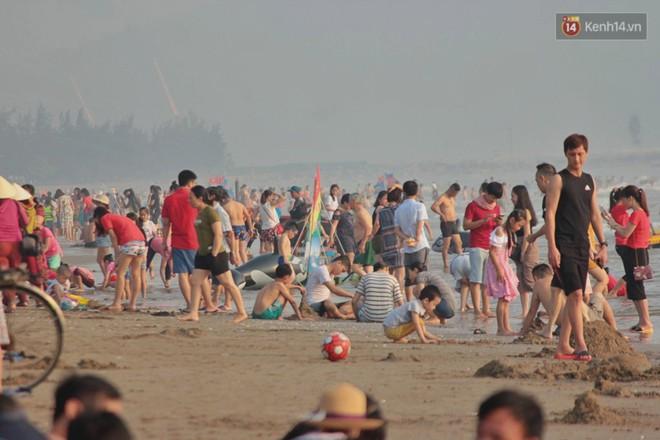 """Chùm ảnh: Biển Cửa Lò """"gồng mình"""" đón hàng vạn du khách đến tắm biển dịp nghỉ lễ - ảnh 6"""