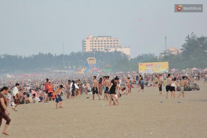 """Chùm ảnh: Biển Cửa Lò """"gồng mình"""" đón hàng vạn du khách đến tắm biển dịp nghỉ lễ - ảnh 7"""