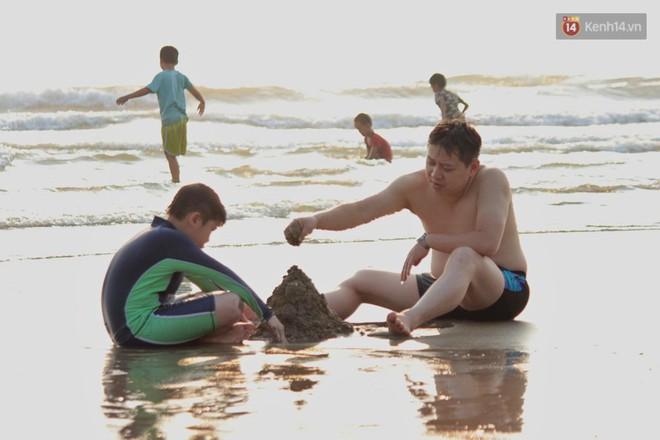 """Chùm ảnh: Biển Cửa Lò """"gồng mình"""" đón hàng vạn du khách đến tắm biển dịp nghỉ lễ - ảnh 8"""
