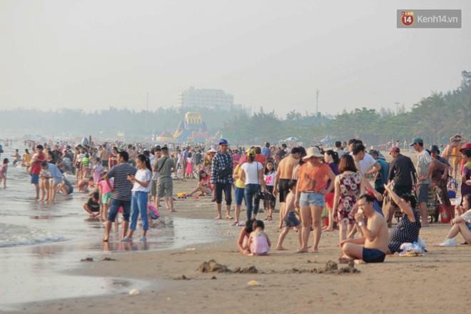 """Chùm ảnh: Biển Cửa Lò """"gồng mình"""" đón hàng vạn du khách đến tắm biển dịp nghỉ lễ - ảnh 9"""
