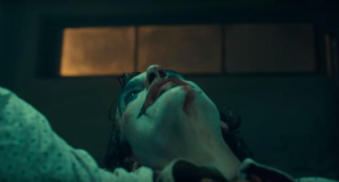 DC bất ngờ đánh úp fan bằng trailer Joker u ám lẫn điên loạn - Ảnh 5.