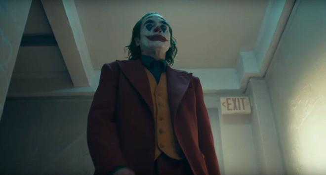 DC bất ngờ đánh úp fan bằng trailer Joker u ám lẫn điên loạn - Ảnh 8.