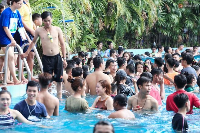Ngộp thở ở công viên nước ngày lễ: Chen chân tìm được 1 mét vuông để tắm cũng khó khăn hết sức! - Ảnh 13.