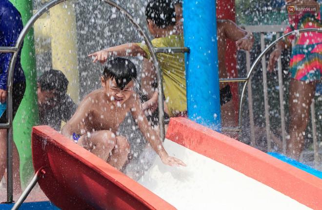 Ngộp thở ở công viên nước ngày lễ: Chen chân tìm được 1 mét vuông để tắm cũng khó khăn hết sức! - Ảnh 18.
