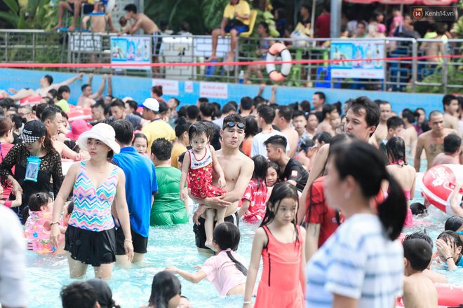 Ngộp thở ở công viên nước ngày lễ: Chen chân tìm được 1 mét vuông để tắm cũng khó khăn hết sức! - Ảnh 8.