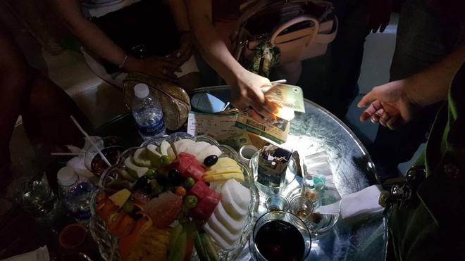 Cảnh sát bao vây quán bar ở Sài Gòn, phát hiện gần 150 dân chơi nghi phê ma tuý - Ảnh 3.