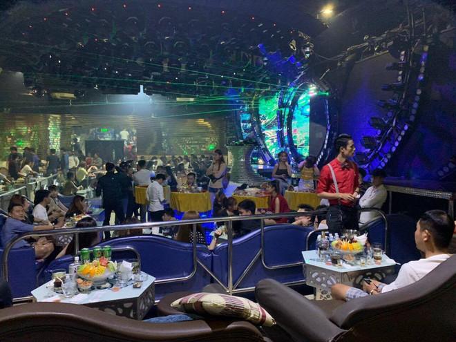 Cảnh sát bao vây quán bar ở Sài Gòn, phát hiện gần 150 dân chơi nghi phê ma tuý - Ảnh 1.