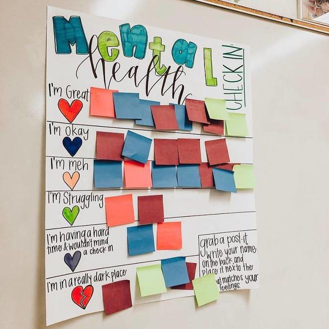 Cô giáo sáng tạo ra chiếc bảng check-in cảm xúc giúp đỡ học sinh thoát khỏi trầm cảm và tự tử - ảnh 1