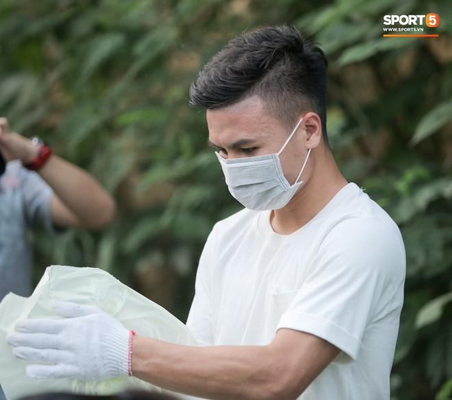 Sau giờ tập bóng, Quang Hải xắn tay tham gia thử thách dọn rác và cái kết mãn nguyện - Ảnh 6.