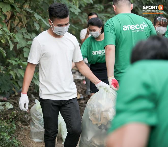 Sau giờ tập bóng, Quang Hải xắn tay tham gia thử thách dọn rác và cái kết mãn nguyện - Ảnh 8.