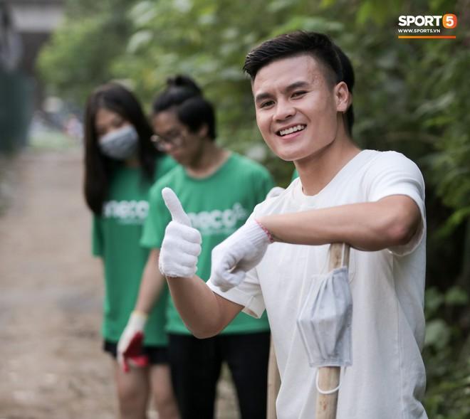 Sau giờ tập bóng, Quang Hải xắn tay tham gia thử thách dọn rác và cái kết mãn nguyện - Ảnh 14.
