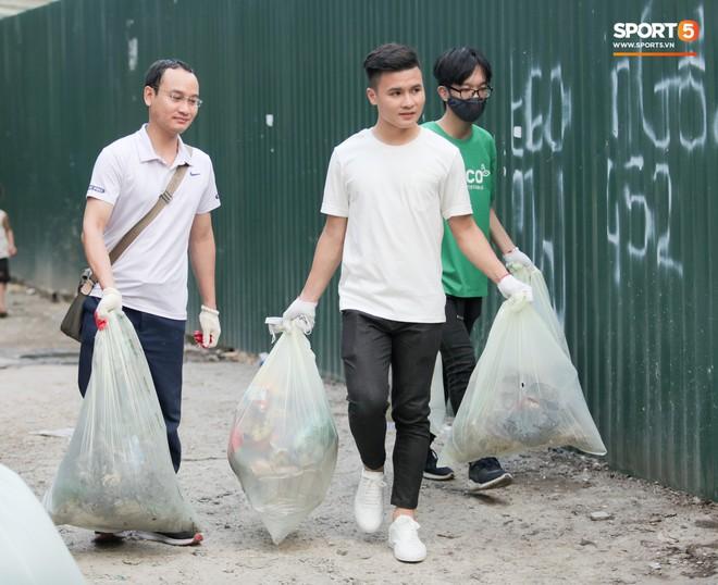Sau giờ tập bóng, Quang Hải xắn tay tham gia thử thách dọn rác và cái kết mãn nguyện - Ảnh 12.
