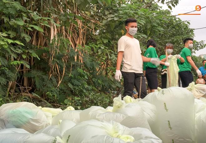 Sau giờ tập bóng, Quang Hải xắn tay tham gia thử thách dọn rác và cái kết mãn nguyện - Ảnh 9.