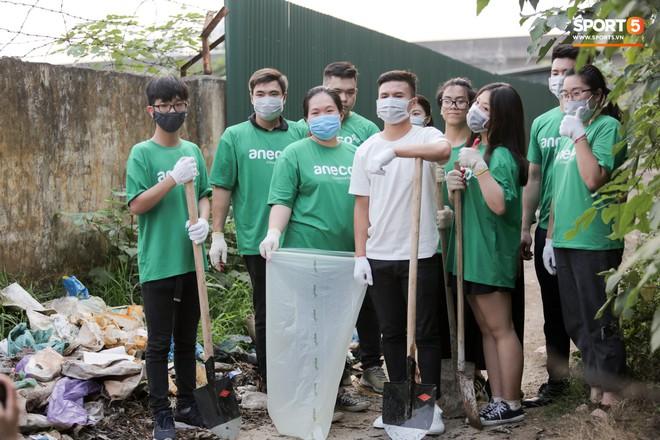 Sau giờ tập bóng, Quang Hải xắn tay tham gia thử thách dọn rác và cái kết mãn nguyện - Ảnh 2.