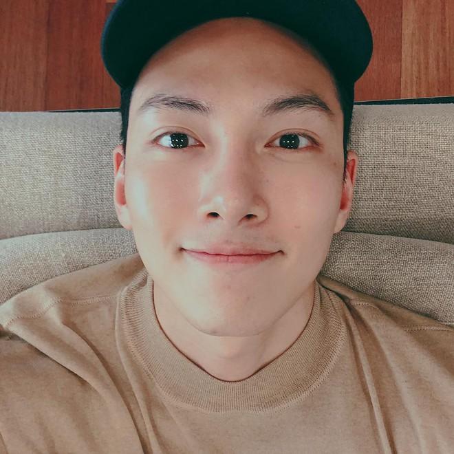 Ảnh triệu like của Ji Chang Wook hậu xuất ngũ: Gương kia ngự ở trên tường, ở đây ai để mặt mộc đẹp được như anh - Ảnh 1.