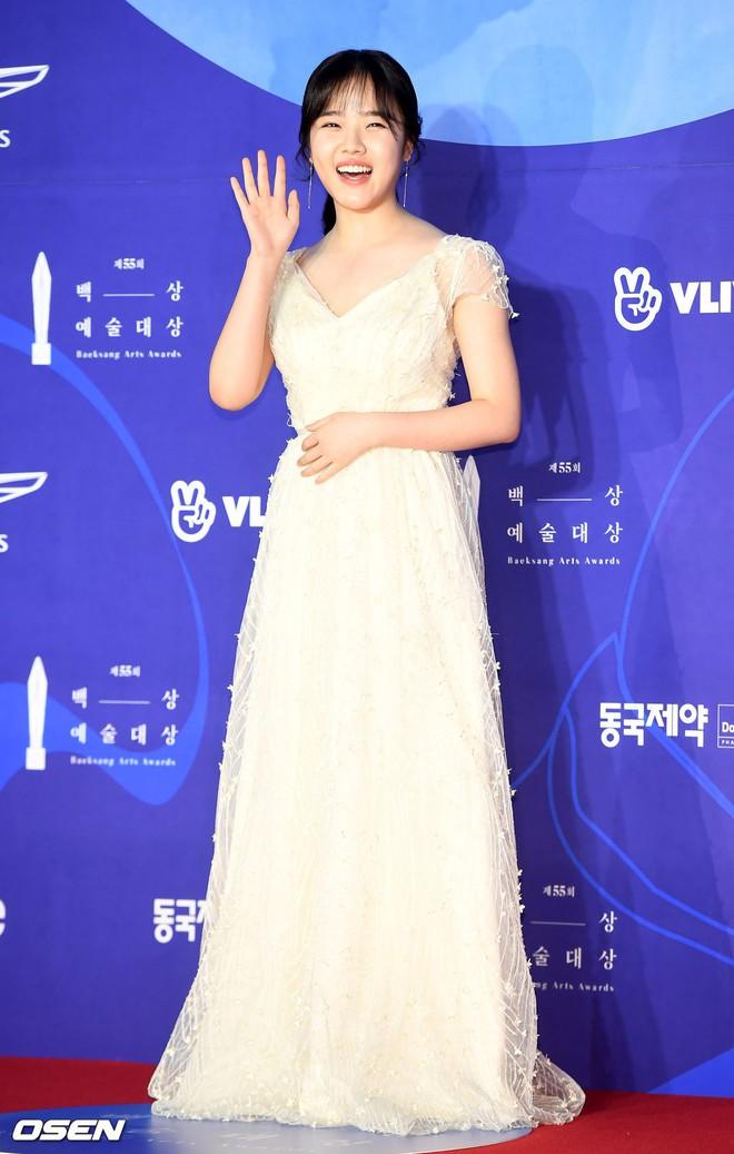 Siêu thảm đỏ khủng nhất lịch sử Baeksang: Suzy và IU xuất thần với đầm công chúa, Hyun Bin dẫn đầu 50 sao Hàn quyền lực - Ảnh 34.