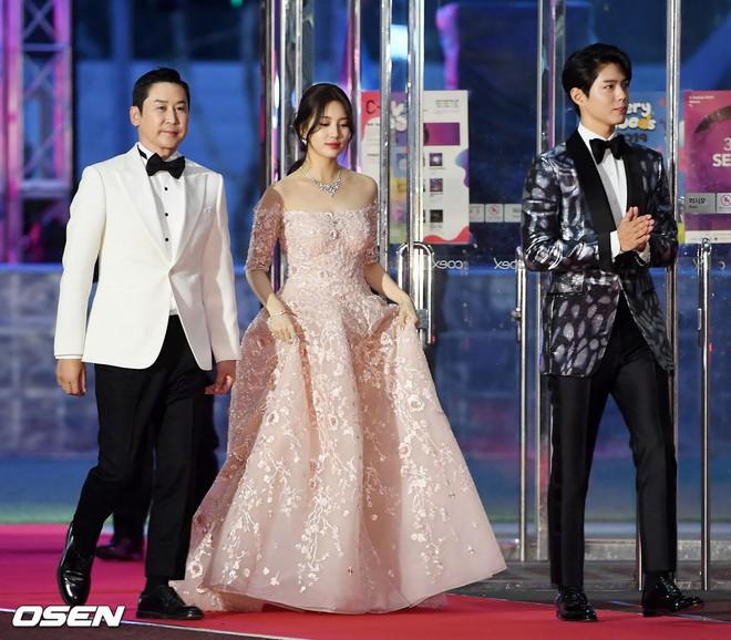 Siêu thảm đỏ khủng nhất lịch sử Baeksang: Suzy và IU xuất thần với đầm công chúa, Hyun Bin dẫn đầu 50 sao Hàn quyền lực - Ảnh 1.