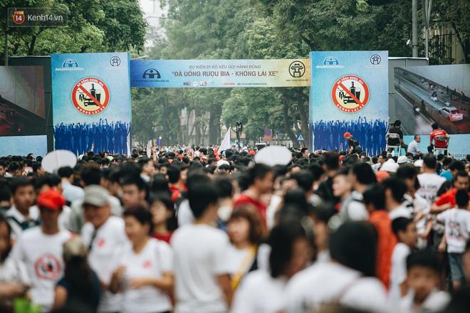 Chùm ảnh: 8.000 người mang logo Đã uống rượu bia - Không lái xe cùng tuần hành trên phố đi bộ Hồ Gươm - Ảnh 2.