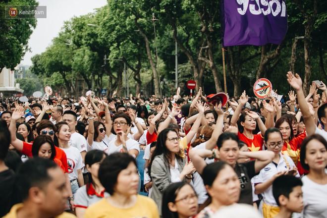 Chùm ảnh: 8.000 người mang logo Đã uống rượu bia - Không lái xe cùng tuần hành trên phố đi bộ Hồ Gươm - Ảnh 15.