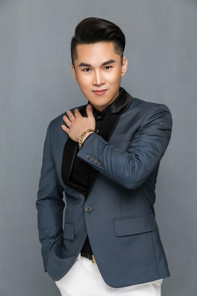 Hát bài mới ra tựa đề Xa em, ca sỹ Du Thiên bị nhóm khán giả lao vào hành hung tại hội chợ vì cho rằng đạo nhạc - Ảnh 3.