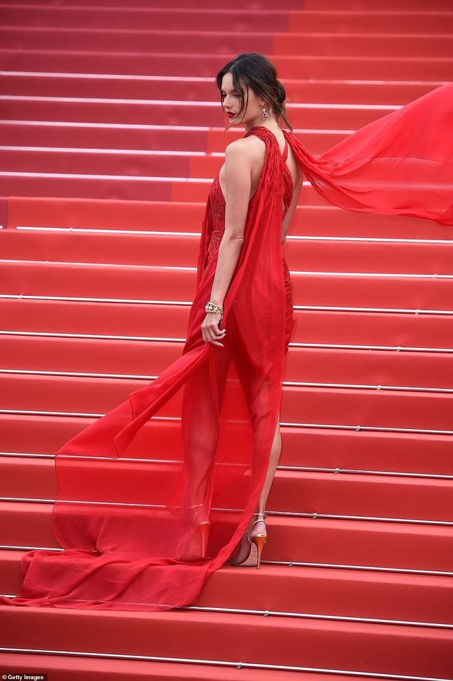 Thảm đỏ Cannes ngày 2: Thiên thần Victoria's Secret suýt lộ hàng, Phạm Băng Băng Thái Lan xinh như tiên tử - ảnh 2