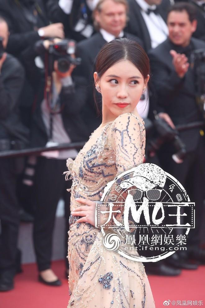 Khai mạc LHP Cannes 2019: Củng Lợi - Lưu Đào xuất hiện rạng rỡ, Selena Gomez vẫn mải mê tạo dáng trong phòng chờ - ảnh 1
